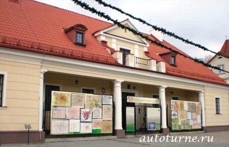 Классическая постройка в стиле барокко с 4 колоннами. увешенное картами, схемами и чертежами Белостока разных лет его...