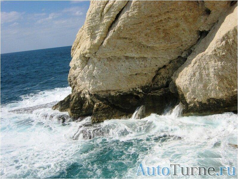 бурление моря возле белой скалы