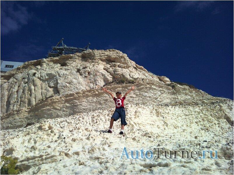 окаменелости в скале